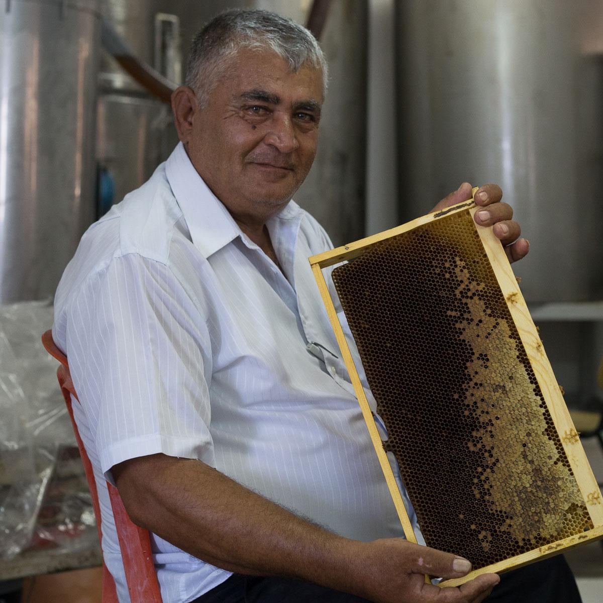 איברהים כילאני - הדבש שלנו טהור, לא מחומם, וללא תוספת סוכר. דבש צריך לקנות מיצרן שמכירים. צילום-ארז חרודי, עושים צילום